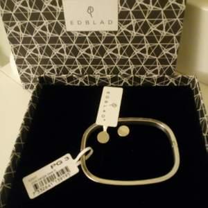 En present som jag aldrig kommer att använda, alla taggar kvar. Stelt armband i silver o ett par örhängen. 250kr för bägge. Kan skickas mot fraktkostnad 😊