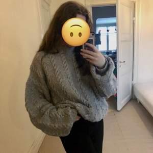 En oversized tröja från unknown, lapp saknas men tröjan passar alla från storlek S-XL, köpt på Beyond Retro i Gbg. Jag har själv knappt använt den så tänker att det är dags att hitta den ett nytt hem! Originalpris 300kr