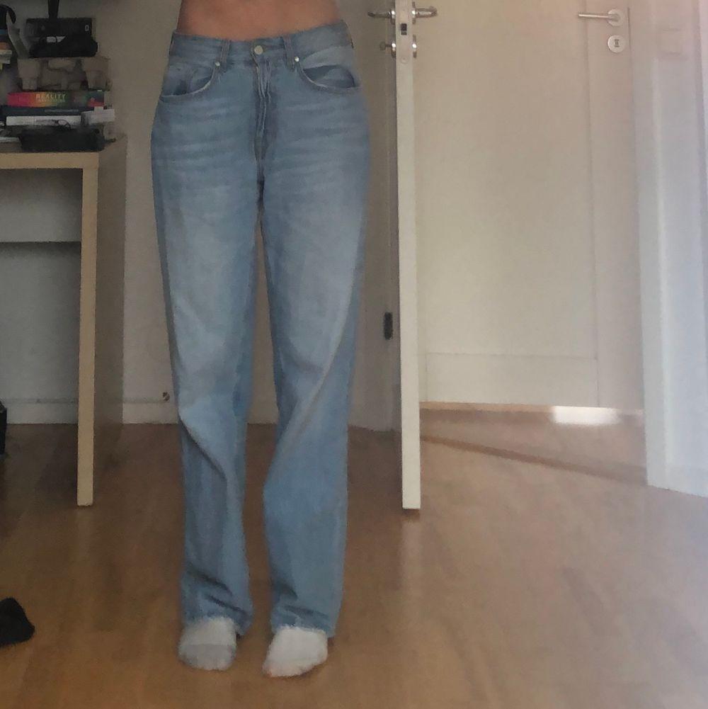 Är i storlek 36 och kan ha dessa  som är 172-174 cm lång.  Använda fåtal gånger ☺️ buda i kommentarerna☺️ . Jeans & Byxor.