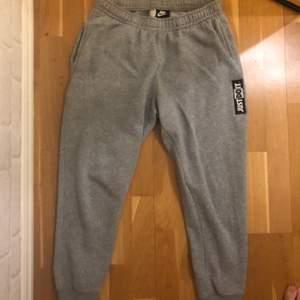 Säljer mina gråa Nike sweatpants! Köptes för 550 kronor om jag minns rätt! De är bra kvalite då jag knappt aldrig använt dessa då jag har för många sweatpants.