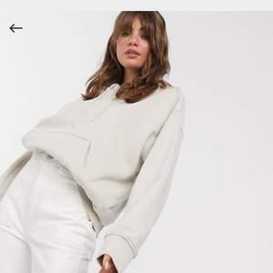Köpte denna hoodie på asos men är ifrån weekday, väldigt fin men använder sällan har även en liten fläck som säkert går bort i tvätten men som knappt syns ❌FÄRGEN ÄR INTE SOM PÅ BILD 1 MER SOM BILD 2❌ slutsåld på hemsidan