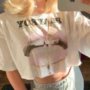 En kroppad playboy tröja från missguided⚡️⚡️ Säljer då den ej kommer till användning. Strlk 38 men passar bra på mig som har S. Köpte den här på plick för 270kr därav priset men skulle kunna sälja den för billigare vid en snabb affär! (Köparen står för frakten)
