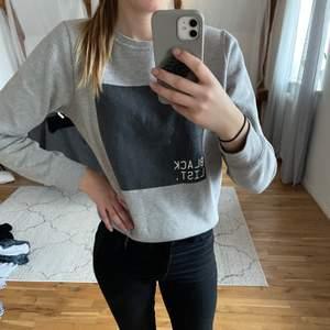 Säljer denna tröjan för att jag har många likadana. Supersnygg, står Black list på den. Passar S eller liten M