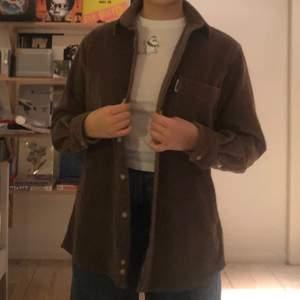 En brun manchesterskjorta (men även vårjacka) köpt second hand. Aldrig använd! Storleken är S men skulle säga att den passar M också beroende på hur man vill att den ska sitta. Den sitter stort på mig som är S. Frakt: 63kr (köpare står för frakt)🥰