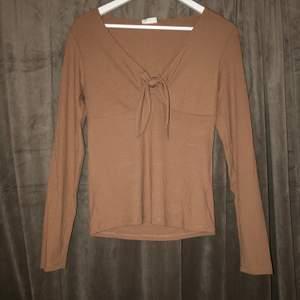 Snygg beige tröja med en urringning, aldrig andvändt den köpte för ungefär 2 månader sen! Jätte fin och sitter sjukt bra! Hör av er vid intresse!