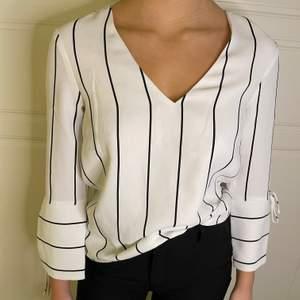 En blus från H&M som är använd ett få antal gånger, väldigt bra skick! Det är en storlek 32 men passar även 34! Buda minst 120kr+frakt:)