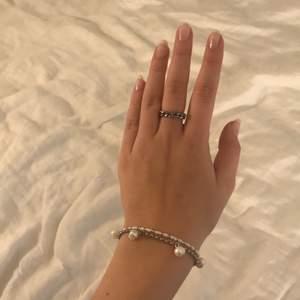 Silvrigt Berlockarmband i rostfritt stål nu på rea, 99kr istället för 159kr! 🖤✌🏽 Ring i rostfritt stål säljs också, 49kr och pärlat armband 49kr! Halsband också på REA 99kr istället för 149kr
