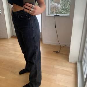 Säljer mina älskade jeans från weekday pga behov utan pengar! Tänker att jag säljer de för 150kr exkl frakt💕 hör gärna av er för fler bilder ⚡️ Storlek 28 och passar mig som har 36/38 i flesta jeans ✨