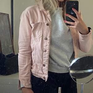 Ljusrosa jeansjacka ifrån dobber.
