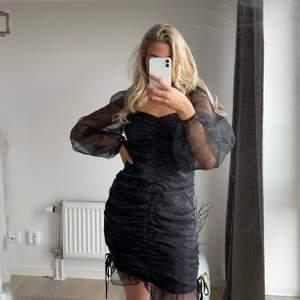 Supersnygg festklänning från Erica Kvams kollektion för NAKD. Säljes pga används tyvärr inte.