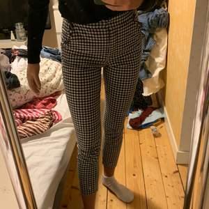 Fina rutiga byxor från Zara. Lite tunnare tyg och med gullig volang på fickorna.