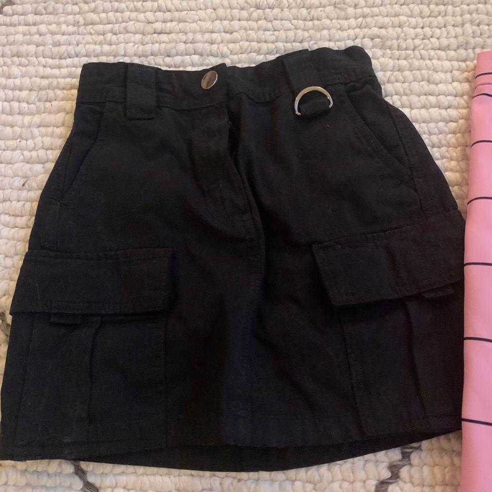 Nästan oanvänd kjol från Bershka, 100kr. Kjol från Nakd, prislapp kvar, 200kr.. Kjolar.