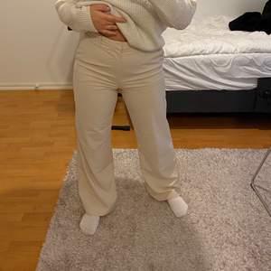 Supersköna och luftiga. Sitter bra på mig som oftast har 36-38 i byxor. Fint skick. Köparen står för frakt eller möts upp i Göteborg!