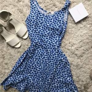 Vit blå blommig klänning. Från HM storlek 158-164. Använd nån gång så i bra skick