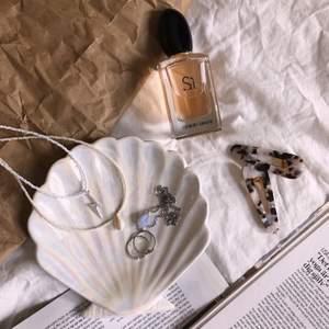 Hej på er! Jag säljer handgjorda pärlsmycken som jag själv tillverkar. Jag kan göra efter dina önskemål och priserna ligger mellan 39-99 kr 🥰 Tveka inte att skriva till mig om du är intresserad! OBS: ringarna och halsbandet med en blå Sten går tyvärr inte att köpa.
