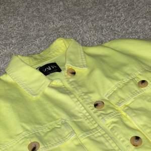 Neongul jeansjacka från zara