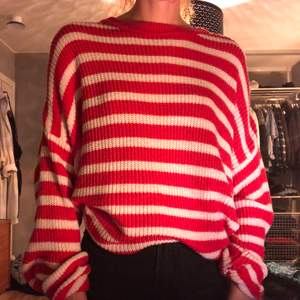 Röd- och vitrandig stickad tröja från Pull & Bear. Ganska lång men snygg att stoppa in. Jättemjuk och skön. Gratis frakt.