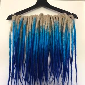 Syntetiska dreads från DreadsForYou.com. 40cm långa och endast använda en gång  (två veckor). Nypris 1400kr säljer för 900kr💙 skriv för bilder med dem på