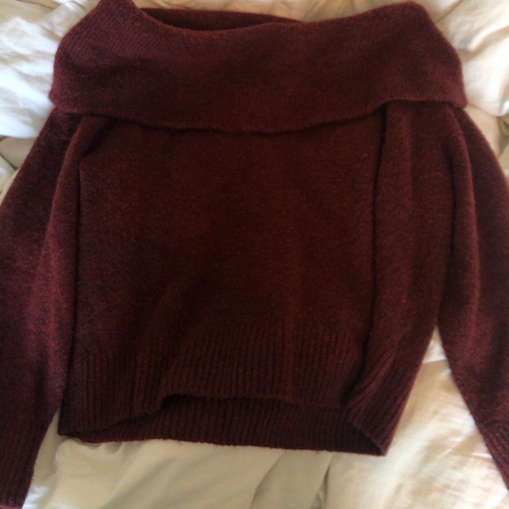Fin rödvin stickad off shoulder tröja!! Bra skick😍. Stickat.