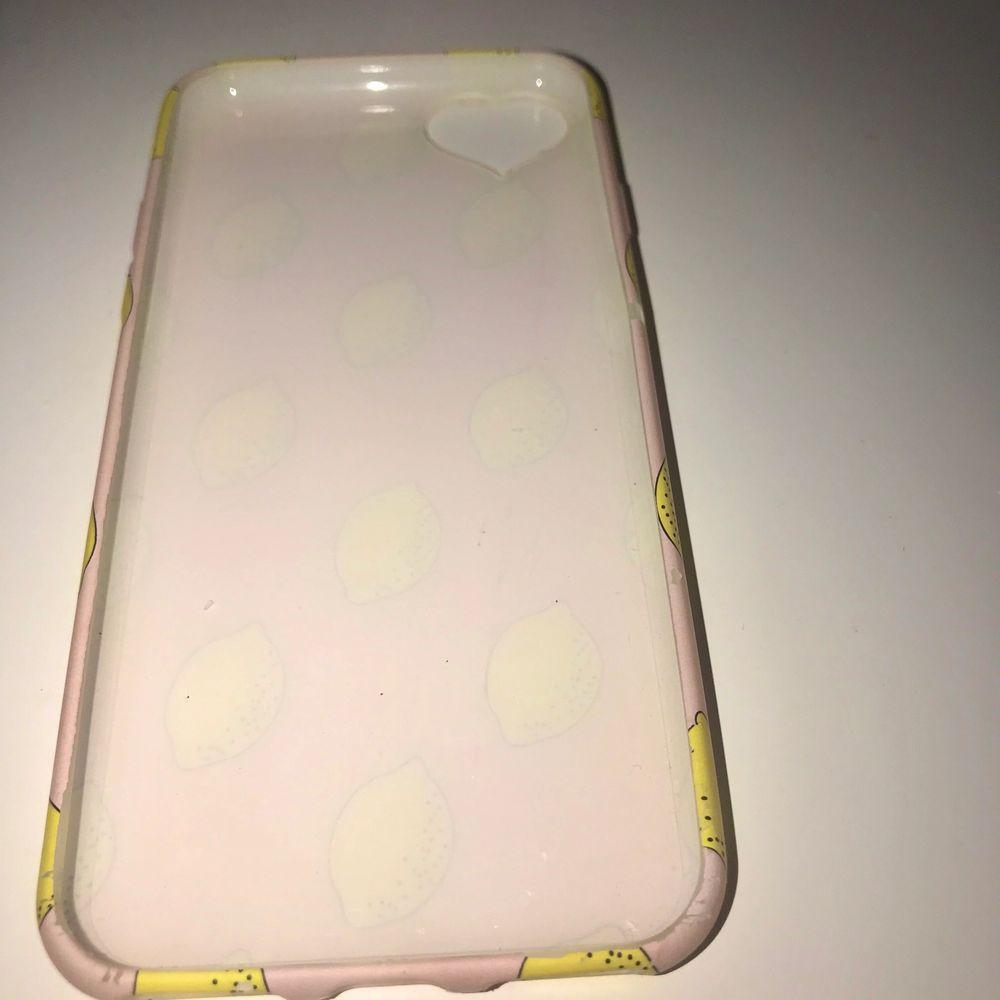 Ett gulligt gummi mobilskal för iPhone 6, 6s, 7, 8. I mycket bra skick. Frakt tillkommer på 20kr som köparen står för. Priset går att diskutera.. Övrigt.