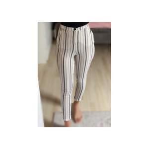 Svart/vita byxor som är köpta i croatien✨  Ganska genomskinliga men funkar bra me ett par vita leggings under✨  Passar både XS och S då den är stretchig✨  Har en liten fläck längst ner men inget som syns direkt (se bild)✨  Köparen står för frakten✨