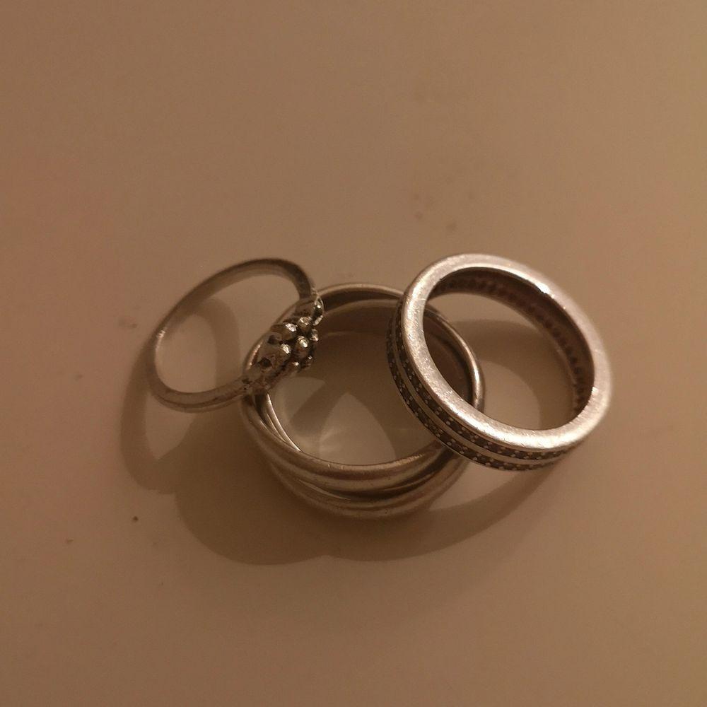 Jag vill sälja 3 ringar då jag inte använder de. På andra bilden ser ni hur de passar på min hand! De kostar 5 kr för 1, 10 kr för 2 eller 15 kr för alla! 💕 Fri frakt! . Accessoarer.