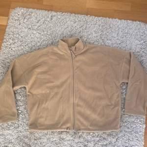 Snygg beige kofta från GinaTricot i strl L. Passar som en oversize tröja för XS-M pga ganska liten i storleken. Inköpt för 249kr använd en gång. Budgivning🤍