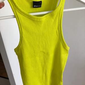 """""""Limegrönt"""" linne från Gina Tricot. Färgen gör sig inte rättvisa på bilden!! Storlek S. 40kr"""