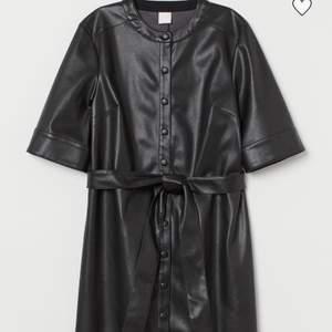 Säljer denna skinnklänning från H&M i storlek S, passar dock mig som brukar ha M i klänningar från H&M!💕 bara testad på 1 gång så som ny! Frakt tillkommer på 63 kr🌸skriv privat för fler bilder!🥰