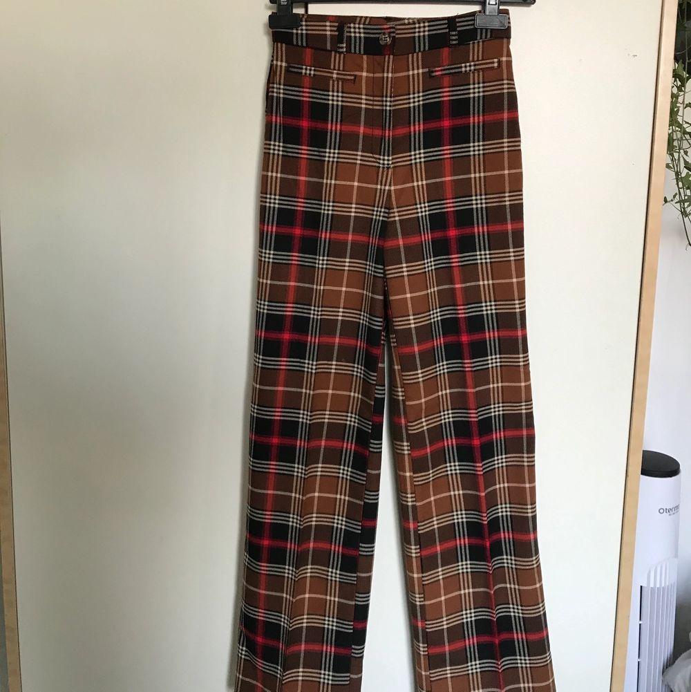 """""""Dressy wideleg"""" från Monki, knappt använda i mycket bra skick, väldigt bra passform. (Köparen står för frakt) nypris: 350kr . Jeans & Byxor."""