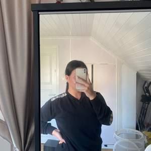 Burberry tröja i storlek XL, ingen aning om den är äkta tyvärr. 150kr frakt tillkommer. Det är spegeln som har fläckar inte tröjan!