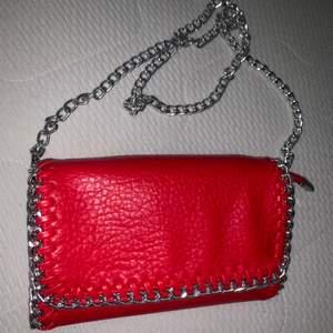 """säljer denna underbara väskan från TIAMO i röd med silverdetaljer. Ett av """"banden"""" inne i väskan har lossnat lite men inget som syns när man bär den!"""
