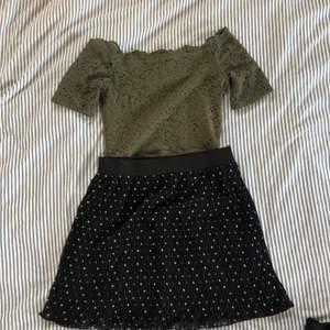 Säljer en snygg tröja off shoulder från hollister i storlek xs. Med en fin prickig plisserad kjol i storlek 158-164 (xs). Allt för 100kr, går att köpa plaggen separat också, skriv för fler bilder💓