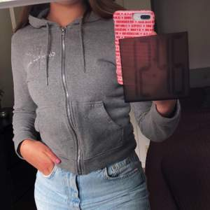 Nästan oanvänd Calvin Klein tröja i strl S men skulle säga att den är mer en xs. 200 kr + frakt!🥰