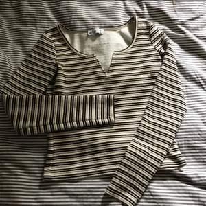 Säljer min jättefina hollister tröja då den inte används längre! Lite tjockare material och super bekväm<3 är i strl s men passar en m också