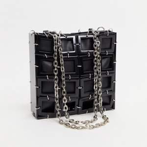 🖤⚡️Säljer denna supersnygga axelremsväska med kubdesign från märket topshop! Köpte den i januari på ASOS för 400kr och har ej använt den (lappen sitter kvar) 🖤⚡️