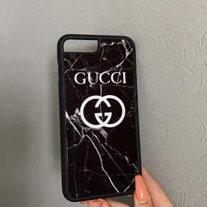 🖤Säljer nu detta snygga mobilskal i svart marmor med texten Gucci (ej äkta)🖤 ⚡️passar iPhone 7+ och iPhone 8+🖤⚡️