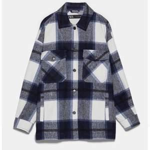Säljer min skitsnygga rutiga kappa från Zara pga att jag aldrig använt den. Den är blå och vit (dåligt ljus på mina bilder) och använd endast några enstaka gånger, så den är nästan som ny. Nypris 550kr, jag startar på 275. Säljer till den med högst bud😋✨💗
