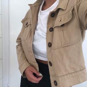 Säljer denna beigea, lite kortare, jeansjackan med bruna knappar från primark då jag inte använder den längre. Är en 38-40 men har storlek 42 i denna då jag gillar lite oversize. Frakt är inkluderat priset.
