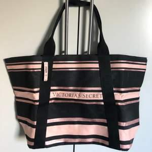 Fin limited edition Victoria's secret väska. Nypris: ca 700 kr Och aldrig använd. Jag säljer min för 90 kr + frakt, alltså 153 kr. Pris kan diskuteras. Väskan har ett stort fack inuti med dragkedja och två mindre utan.