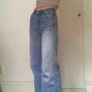 Ljusa levisjeans modell: altered wide leg med coola sömmar vid innerlåret, nypris 899kr