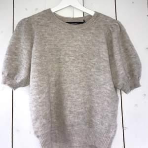 Supergullig stickad t-shirt med puffärmar från veromoda i stolek S, använd en gång😇 150kr + frakt