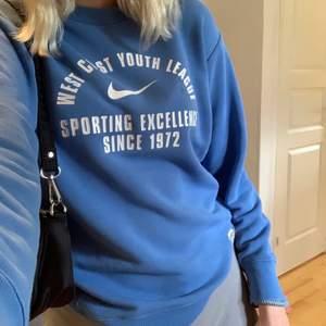 Superfin Nike tröja som jag har köpt på secondhand för längesen💕 buda gärna, frakt=40kr, högsta bud just nu 220+frakt, budgivningen avslutas tisdag kl 14