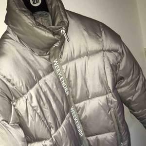 Varm jacka i storlek S, använd tre gånger. Spårbar frakt som kommer fram inom 24h ingår i priset!