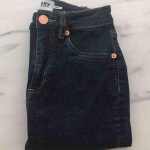 Jätte sköna och snygga slim jeans i superfin mörkblå färg, super skön stretch och behagligt material. Dom är i fint skick då dom endast är använts fåtal ggr. Säljer pga för små i benen. Midjan är väldigt stretchig. Så passar nog de flesta!❣️85kr+frakt.