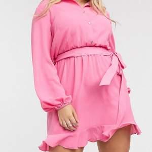 Skjortklänning i en fin gullig rosa. Överdelen är som en skjorta och nederdelen jag ett fint fall! Kommer tyvärr inte till användning.. frakt ingår i priset