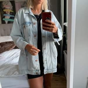 Jeansjacka i längre modell. Supersnygg och skön! Säljer pga utrensning vid flytt.