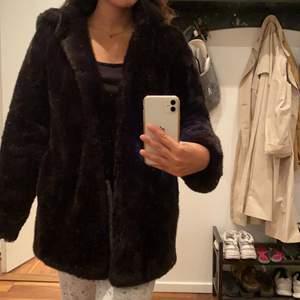 Vinterjacka från Zara. Jackan är använd en vinter. Den är i storleken XS men passar även lika bra som S. Jag står inte för frakten. Pris kan diskuteras.  Köparen står för frakt!