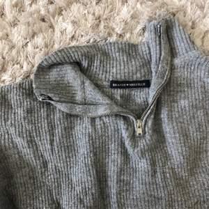 En mysig tröja från brandy Melville. Den är i braskick. Jag säljer den så jag behöver rensa min garderob!