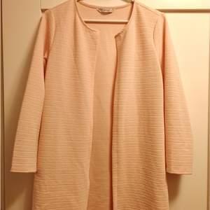 Ljusrosa tröja i storlek S från märket ONLY. Använd få gånger. Frakt tillkommer.
